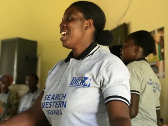A SEARCH health educator in Kisoro, Uganda, sings about the need to be tested for HIV and start ART.